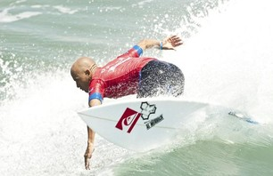 Kelly Slater Advances In Midst of Heavy Upsets at Day One of the Nike US Open of Surfing Photo 0001