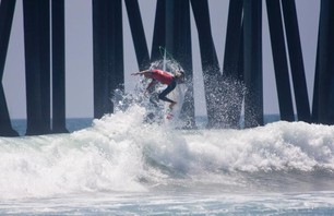 Kelly Slater Advances In Midst of Heavy Upsets at Day One of the Nike US Open of Surfing Photo 0003