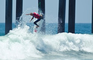 Kelly Slater Advances In Midst of Heavy Upsets at Day One of the Nike US Open of Surfing Photo 0005