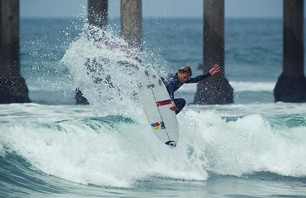 Kelly Slater Advances In Midst of Heavy Upsets at Day One of the Nike US Open of Surfing Photo 0009