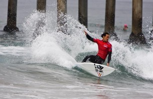 Kelly Slater Advances In Midst of Heavy Upsets at Day One of the Nike US Open of Surfing Photo 0012