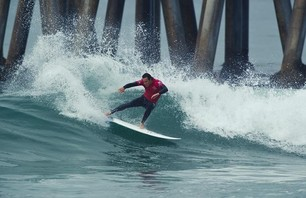 Kelly Slater Advances In Midst of Heavy Upsets at Day One of the Nike US Open of Surfing Photo 0015