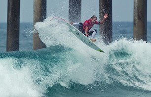 Kelly Slater Advances In Midst of Heavy Upsets at Day One of the Nike US Open of Surfing Photo 0017