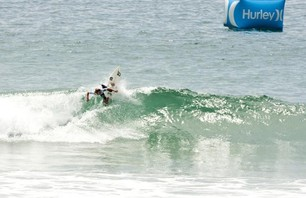 Day One of Women\'s Nike US Open of Surfing Finishes in Small Waves Photo 0003