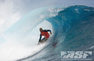 Kelly Slater Barely Makes it to Billabong Pro Teahupoo and Advances to Round Three Photo 0001