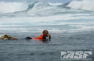 Kelly Slater Barely Makes it to Billabong Pro Teahupoo and Advances to Round Three Photo 0002