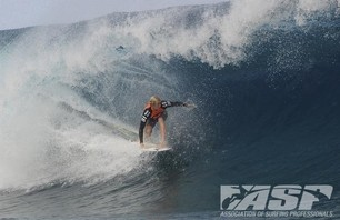 Kelly Slater Barely Makes it to Billabong Pro Teahupoo and Advances to Round Three Photo 0004