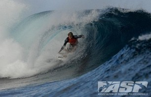 Kelly Slater Barely Makes it to Billabong Pro Teahupoo and Advances to Round Three Photo 0005