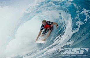 Kelly Slater Barely Makes it to Billabong Pro Teahupoo and Advances to Round Three Photo 0006