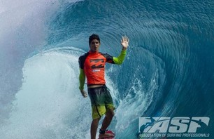 Kelly Slater Barely Makes it to Billabong Pro Teahupoo and Advances to Round Three Photo 0007