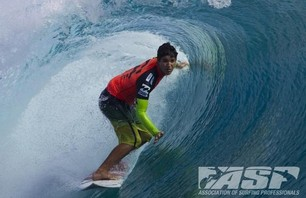 Kelly Slater Barely Makes it to Billabong Pro Teahupoo and Advances to Round Three Photo 0008