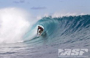 Kelly Slater Barely Makes it to Billabong Pro Teahupoo and Advances to Round Three Photo 0009