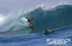 Kelly Slater Barely Makes it to Billabong Pro Teahupoo and Advances to Round Three Photo 0010