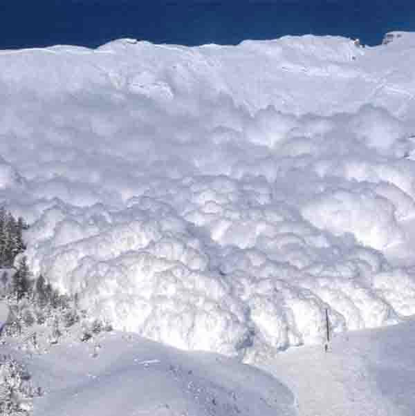 Amazing Avalanche Buries Russian Bystanders (photos + video)